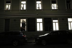 Produktion 8 Fenster, Häuserfassade im Dunkeln, beleuchtete Fenster