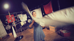 Produktion Wind, Frau schüttelt Laken