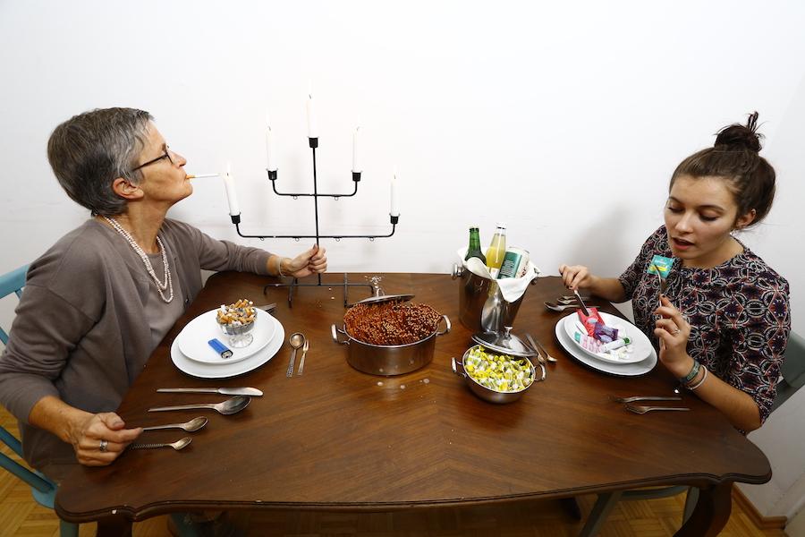spleen*trieb Linkswalzer, zwei Menschen an einem Esstisch mit Zigaretten und Medikamenten als Speisen