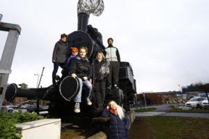spleen*trieb Sternschnuppen und Kometen, Gruppe junger Menschen auf einer alten Lokomotive auf einem Parkplatz