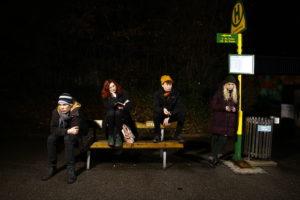 spleen*trieb Warten, Menschen warten im Dunklen an einer Bushaltestelle