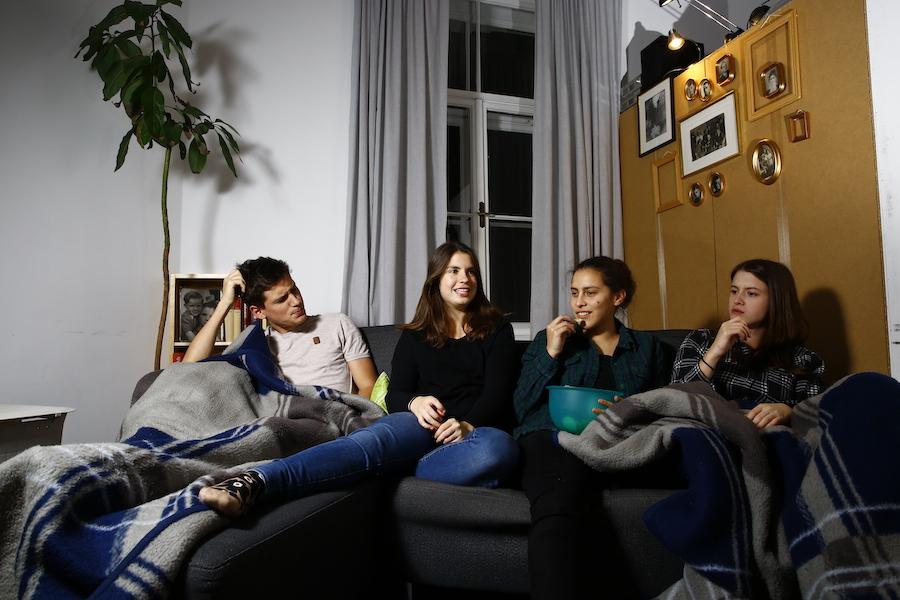 spleen*trieb Ich bin du alt, vier junge Menschen auf einer Couch in einem Wohnzimmer
