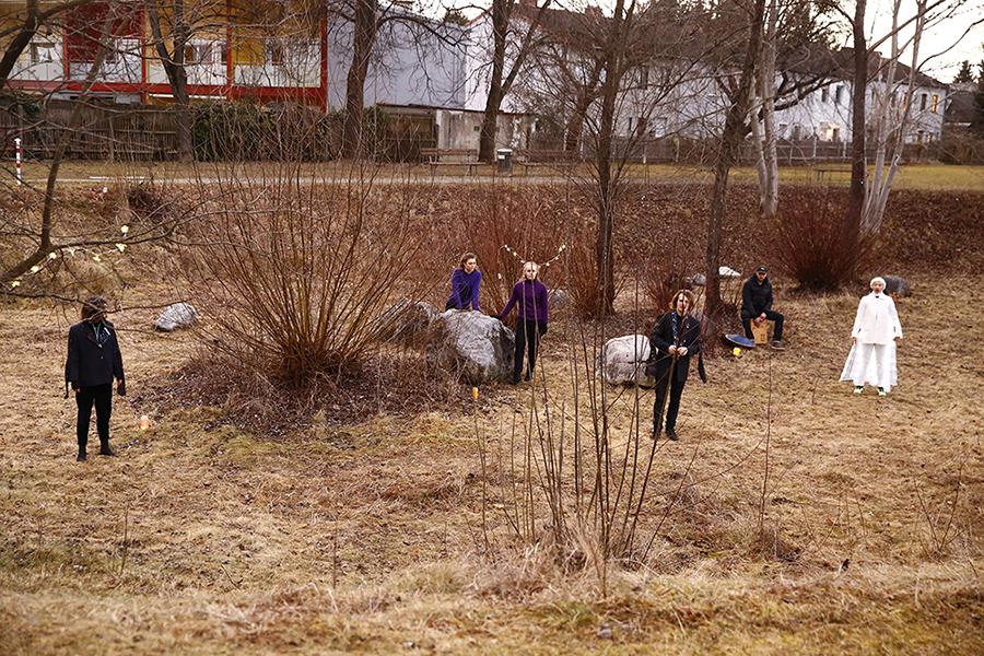 """Stück """"Nomadenherz"""" aus spleen*trieb, sechs Menschen in einem Park im Frühling"""