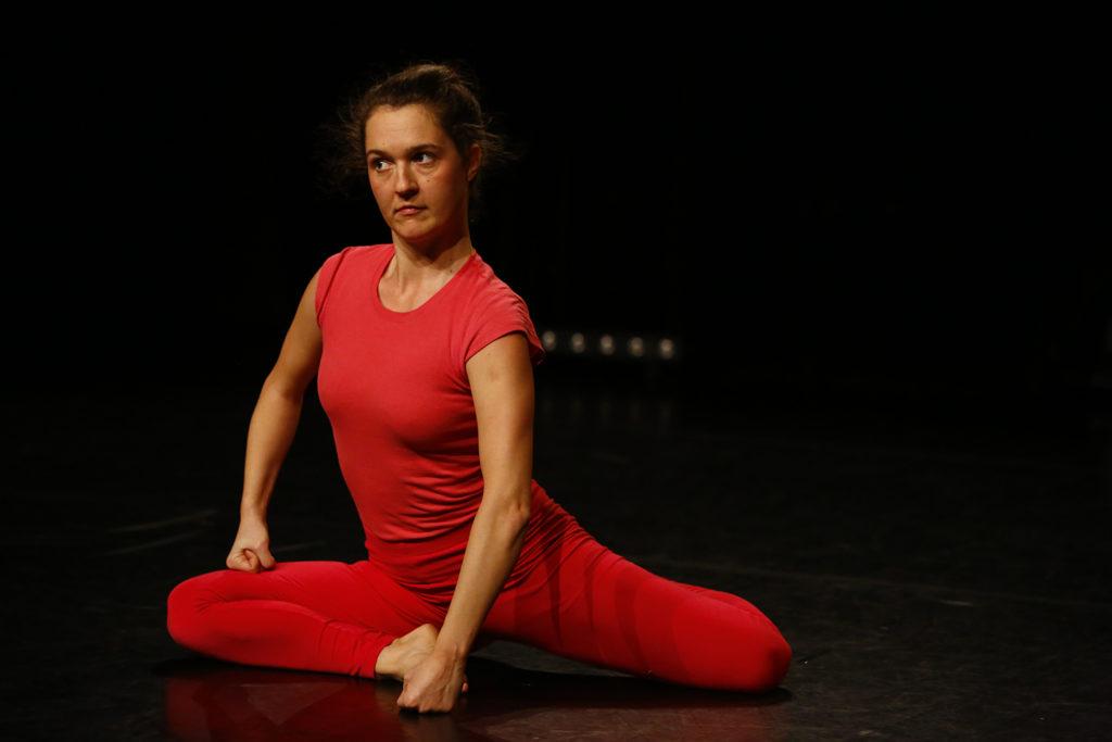 """Stück """"Pip"""", Tänzerin sitzt auf der Bühne, aufgerichtet"""